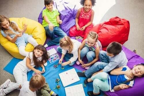 kooperativa spel för barn: grupp med barn spelar spel