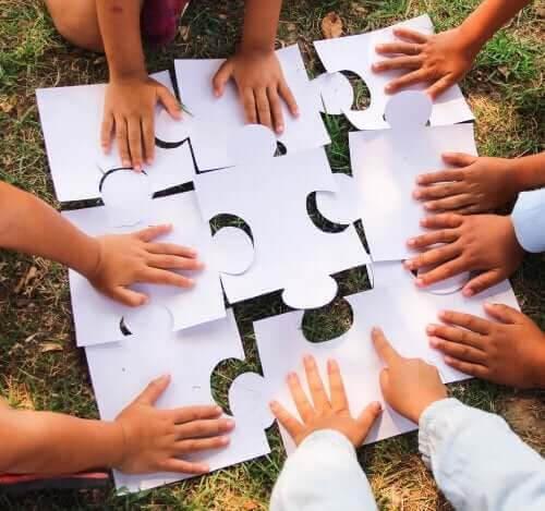 kooperativa spel för barn: grupp barn lägger pussel