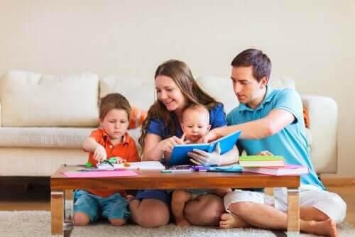 uppfostra sina barn: familj sitter vid soffbord och leker