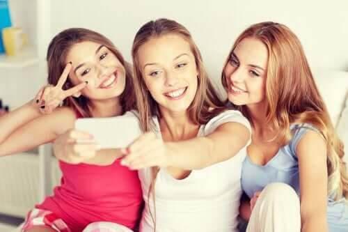 Stereotyper och fördomar om ungdomar: tonåringar tar selfie