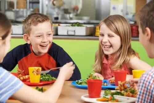 barn som äter skolmaten