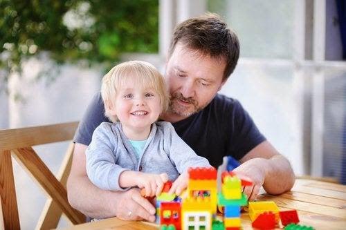 barn, pappa och byggklossar