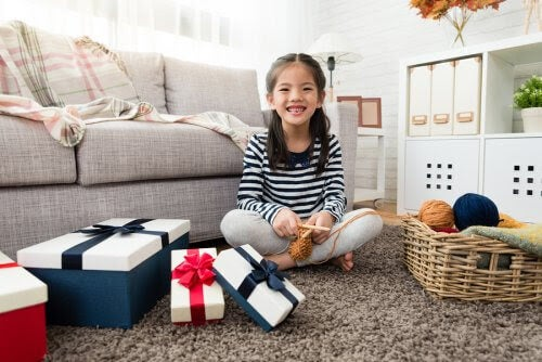 flicka med julklappar