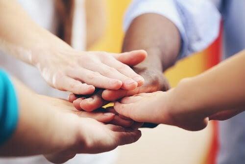 barn håller samman händer