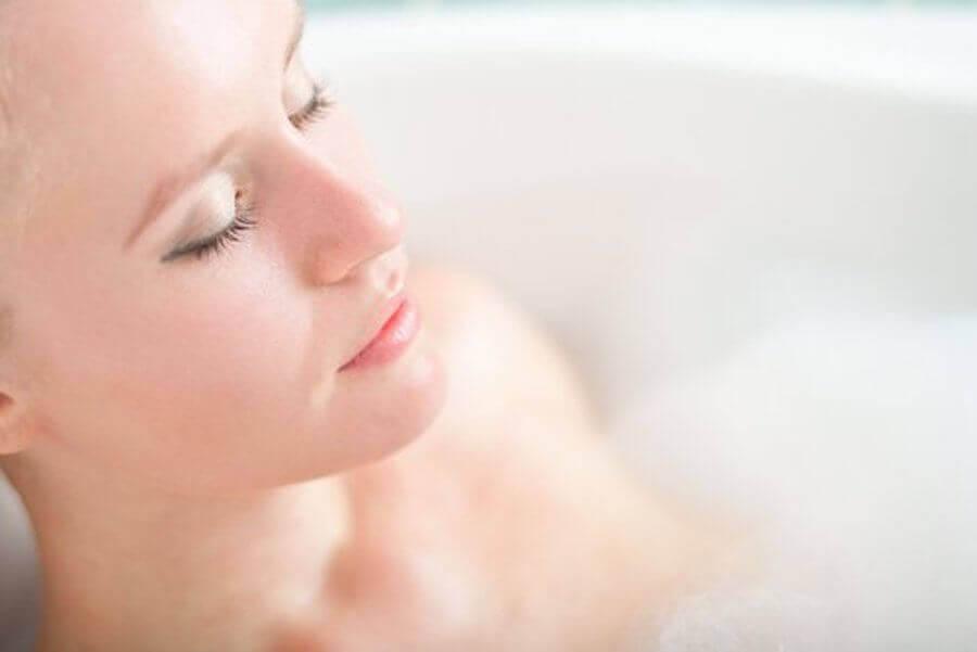 avslappningsövningar för trötta mammor: kvinna i badet