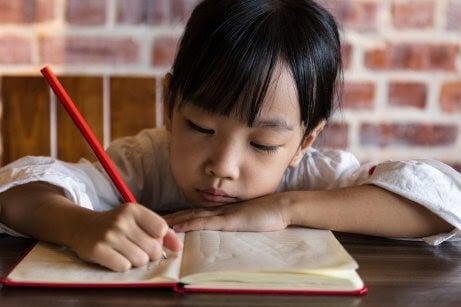 flicka skriver i bok