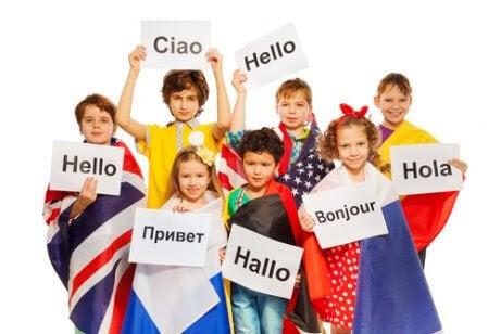 mest talade språk: barn med flaggor och skyltar med olika språk