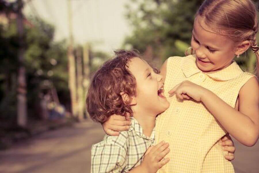 sociala färdigheter: syskon leker
