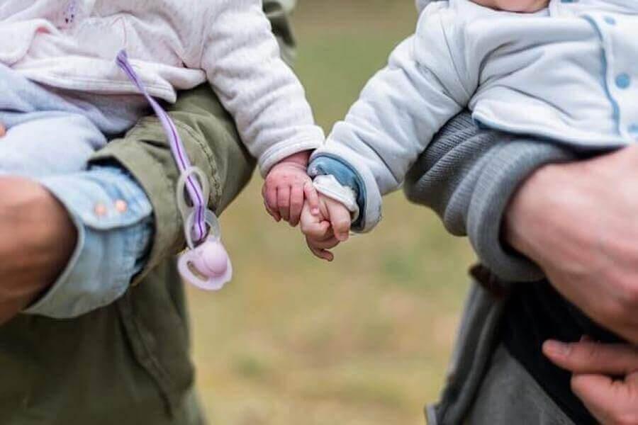 sociala färdigheter: bebisar håller hand