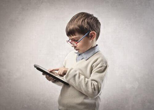ny teknologi i klassrummet: barn med surfplatta