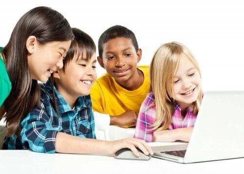 ny teknologi i klassrummet: barn framför dator