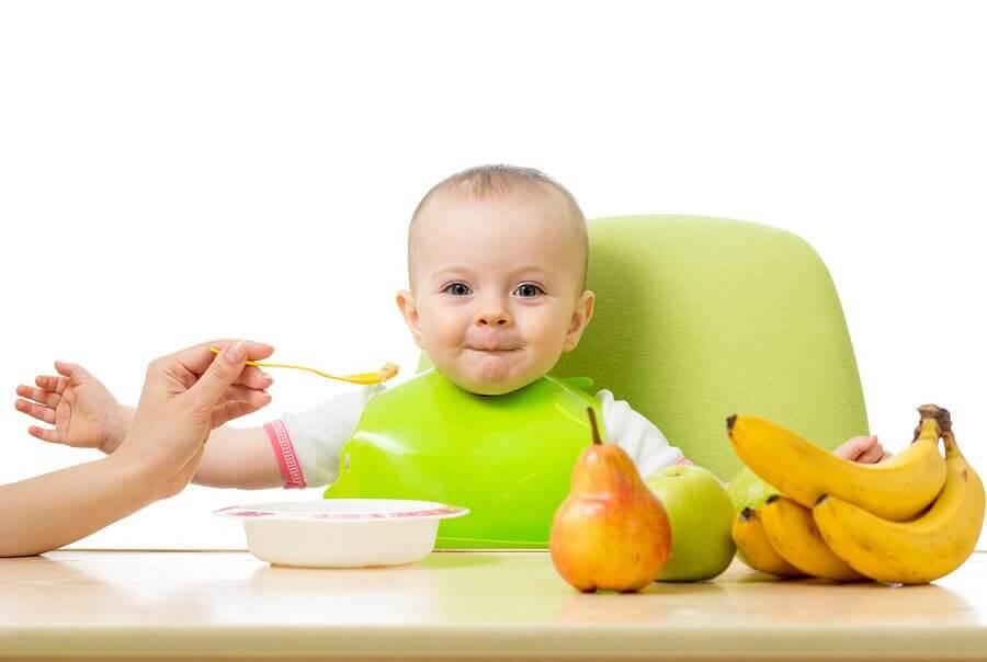 rekommenderade frukterna: baby matas med frukt