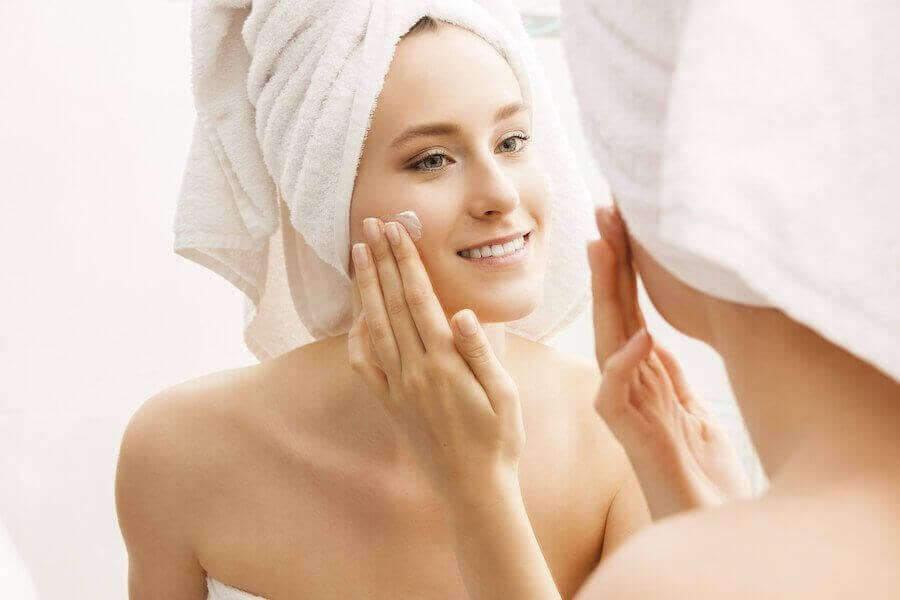 sminktips: kvinna smörjer in ansiktet