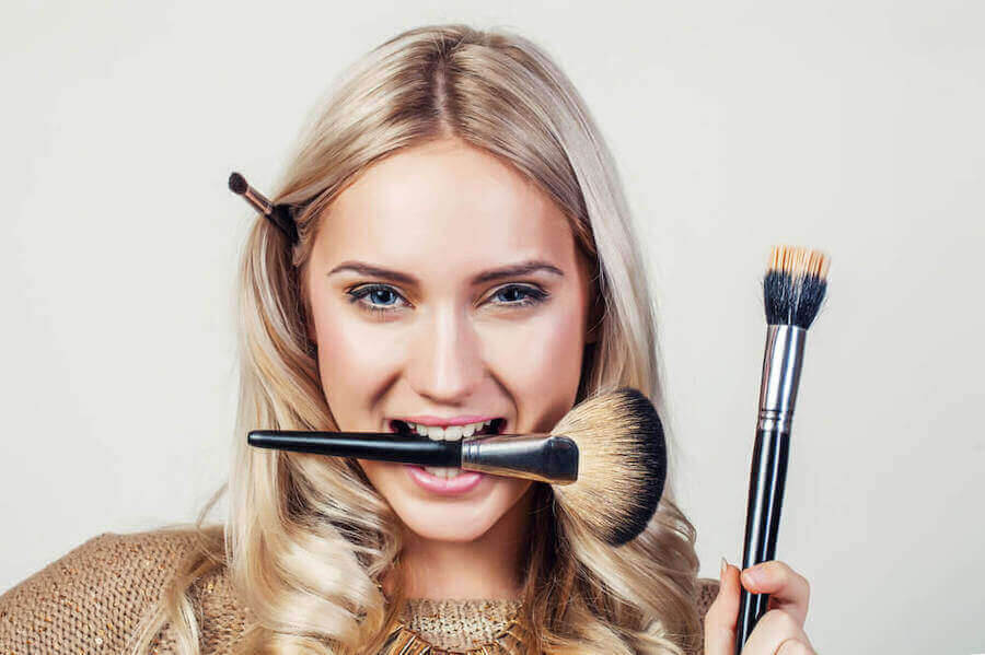 sminktips: kvinna med sminkborste i munnen