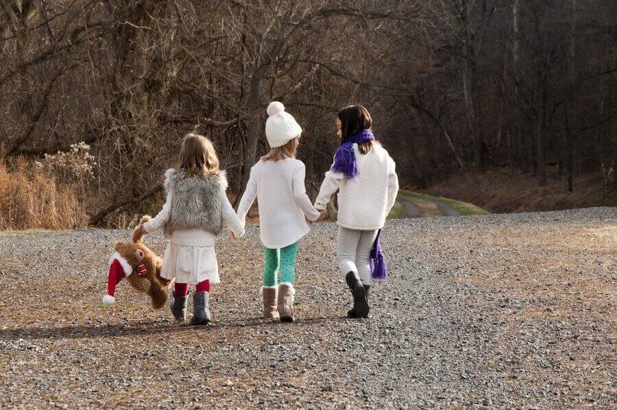 julplaner: tre vinterklädda barn ute