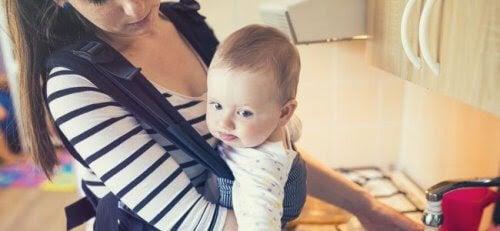 bära barn säkert: baby i bärsele