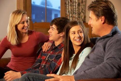 överväldigad i familjerelationen: familj i soffa