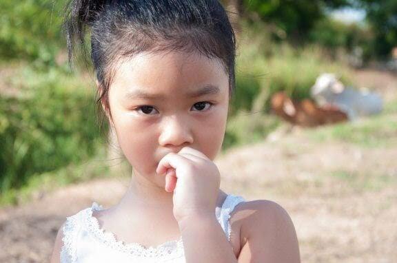 Hur man förhindrar att barn biter på naglarna