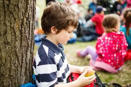 problem med att skaffa vänner: ensam pojke bland många barn