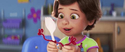"""""""Toy Story 4"""" visar oss att Disney utvecklas: flicka håller leksaken Gaffe"""