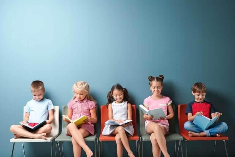 barnpedagogik: barn sitter på rad och läser