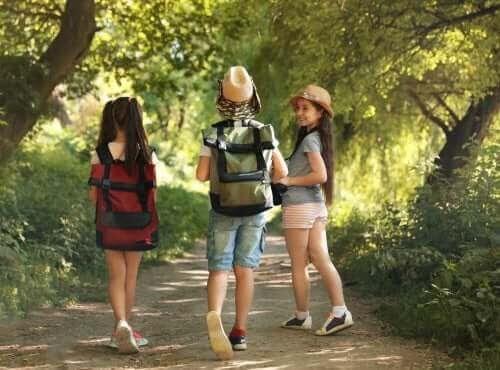 Så här packar du ditt barns ryggsäck till lägret, barn med ryggsäckar
