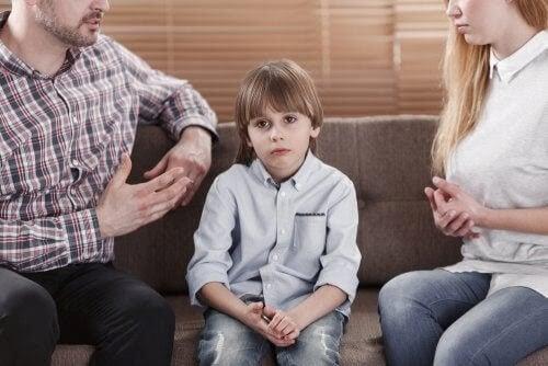 allt för kritiska föräldrar med barn i soffa