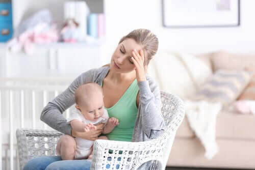 mamman är deprimerad: trött mamma med baby