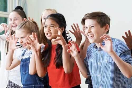 Teater i klassrummet: barn låtsas vara monster