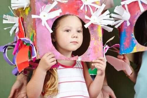 Teater i klassrummet: utklädd flicka