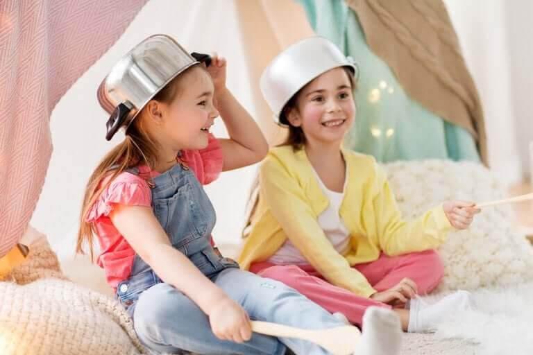 symbolisk lek: barn leker med kastruller på huvudet