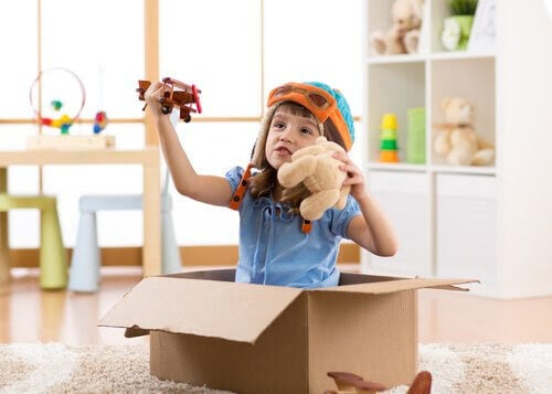 symbolisk lek: pojke leker med flygplan och nalle