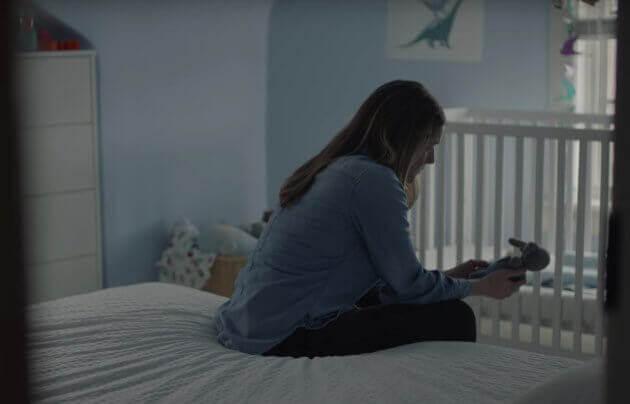 kvinna sitter på säng