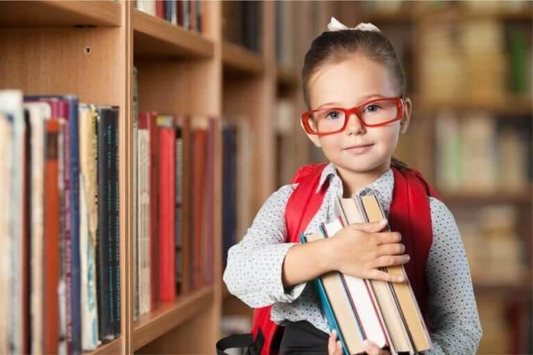 kritiskt tänkande: flicka med glasögon och böcker