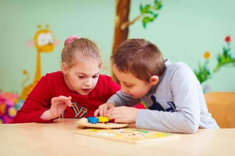särskilda behov: två barn löser problem