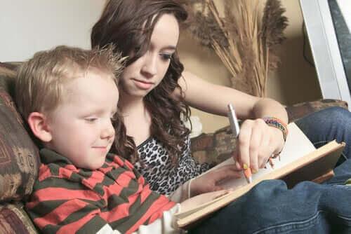 barnflickans roll: barnflicka och barn gör läxor