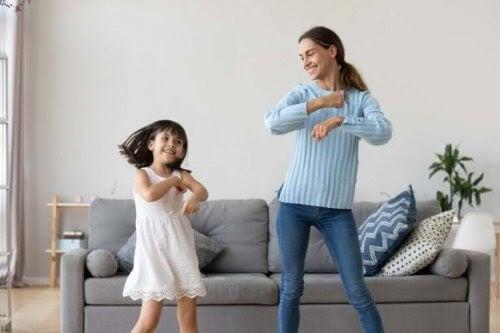 barnflickans roll: barnflicka och barn dansar