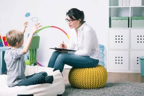 uppsöka en barnpsykolog: barnpsykolog pratar med barn