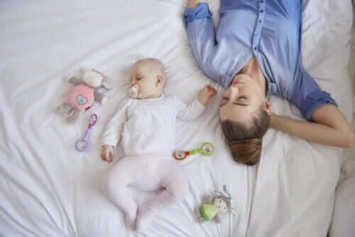 stå upp för dig själv efter förlossningen: mamma och baby sover