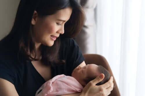 stå upp för dig själv efter förlossningen: mamma och nyfödd baby