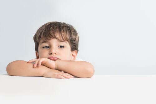 om ditt barn inte är lyckligt: trulig pojke