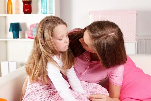 om ditt barn inte är lyckligt: mamma tröstar dotter