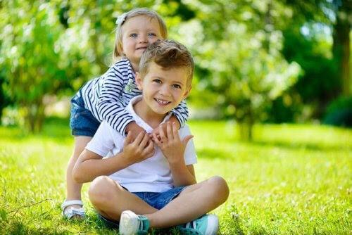 lillasyster kramar om storebror