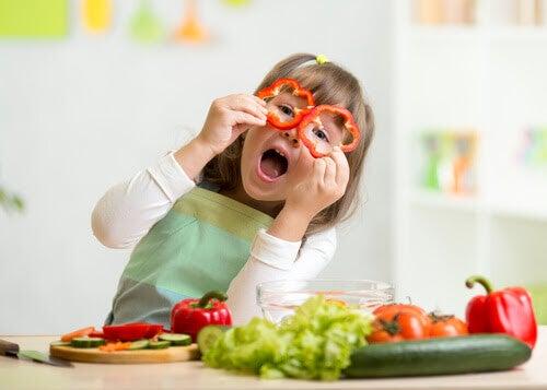 äta mer grönsaker: barn leker med paprikaringar