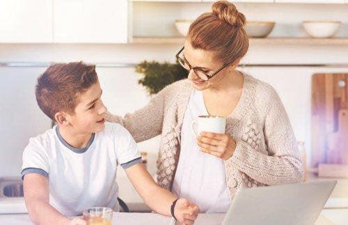 dynamiskt tänkande: mamma och pojke talar