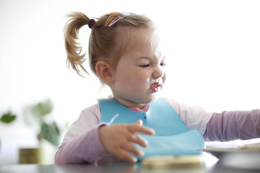 matpreferenser: småbarn visar grimas av avsmak åt mat