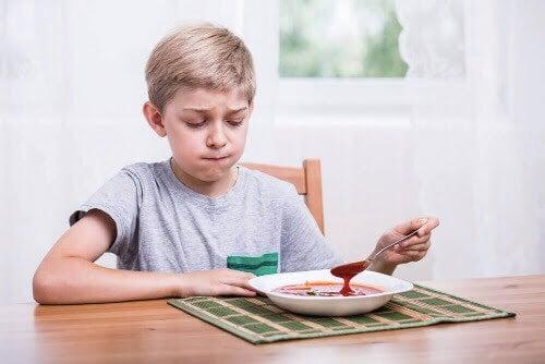 matpreferenser: pojke tittar skeptiskt på soppa