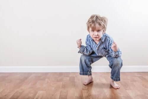 icke-epileptiska paroxysmala anfall: pojke som ser spänd ut