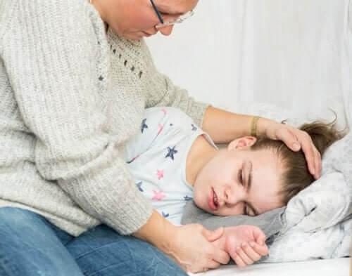 icke-epileptiska paroxysmala anfall: flicka har anfall, mamma hjälper henne