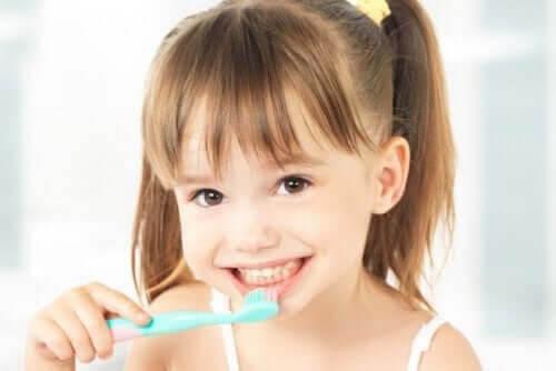 flicka med tandborste